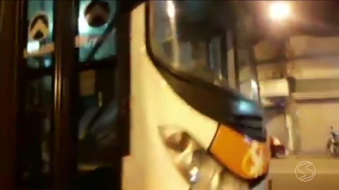 Cadeirante é deixado no ponto de ônibus por falta de acessibilidade em Barra do Piraí, RJ