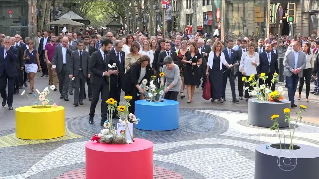 Cerimônia é realizada para homenagear vítimas de atentados na Catalunha
