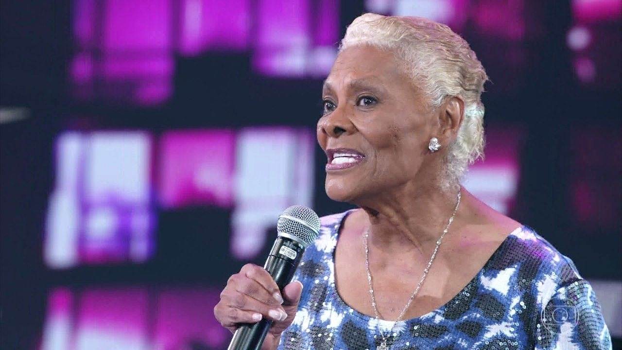 Dionne Warwick canta sucesso 'I Say a Little Prayer'