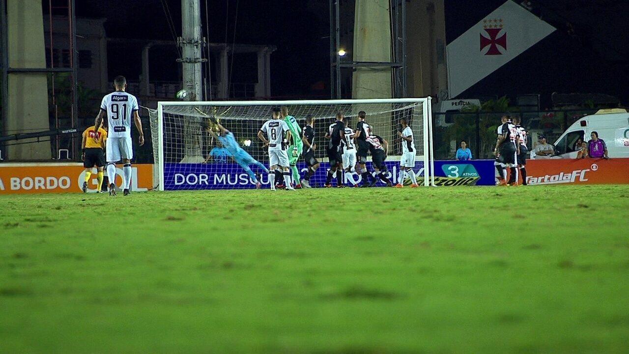 Quase gol de goleiro! Éverson bate falta e quase marca para o Ceará aos 45 d8fb797ceab72