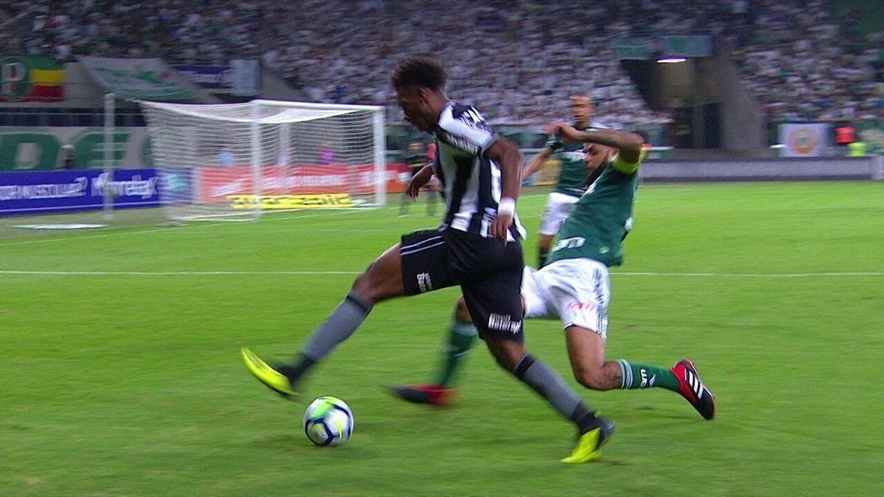 Felipe Melo desarma Moisés, comemora e irrita jogadores do Botafogo