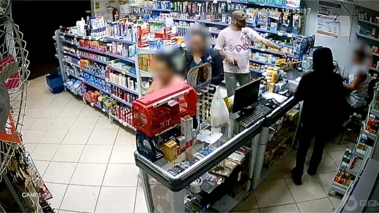 Resultado de imagem para Assaltante armado rende funcionários e clientes em roubo a farmácia