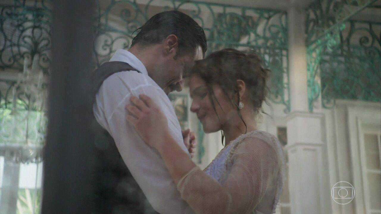 Olegário e Charlotte dançam na casa de chá