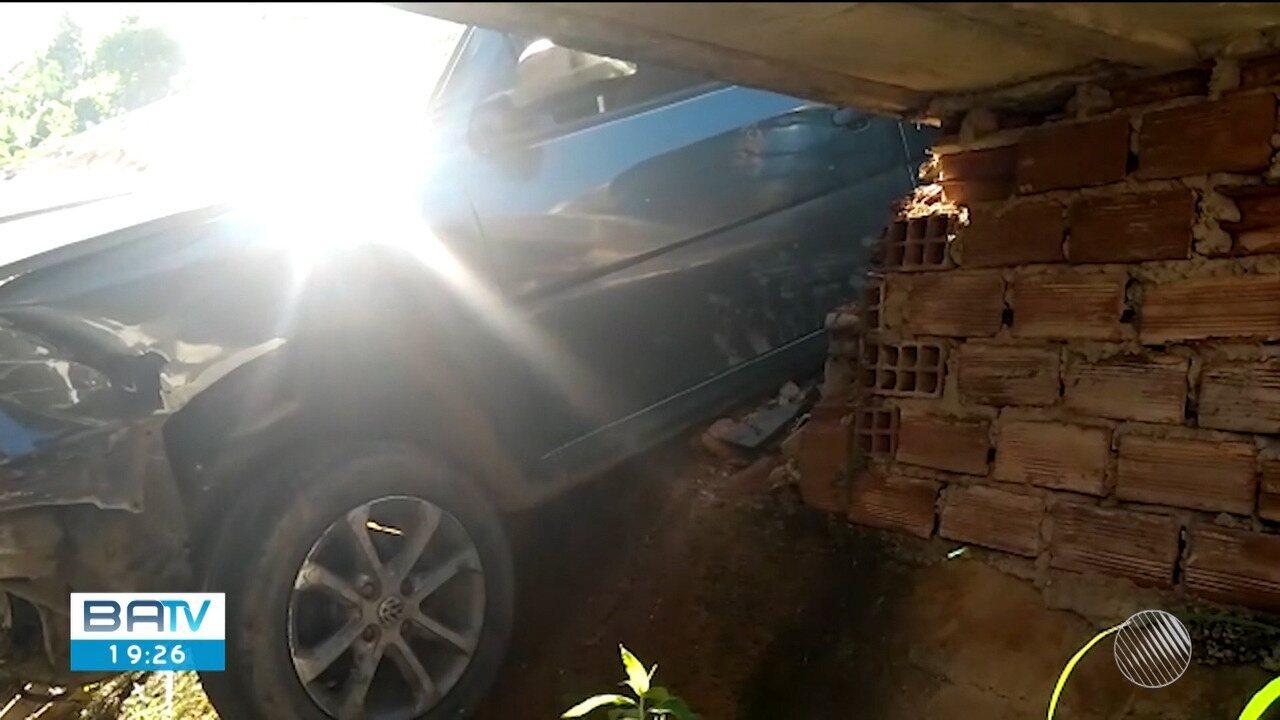 Carro despenca de altura de 30 metros no bairro Alto da Bela Vista, em Ilhéus