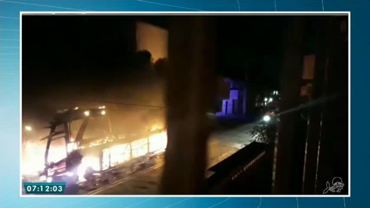 Ônibus pega fogo no Bairro Quintino Cunha em Fortaleza