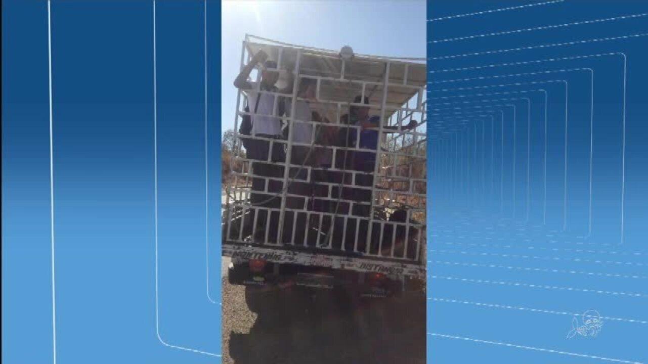 Estudantes são transportados em caminhão de carga em Lavras da Mangabeira