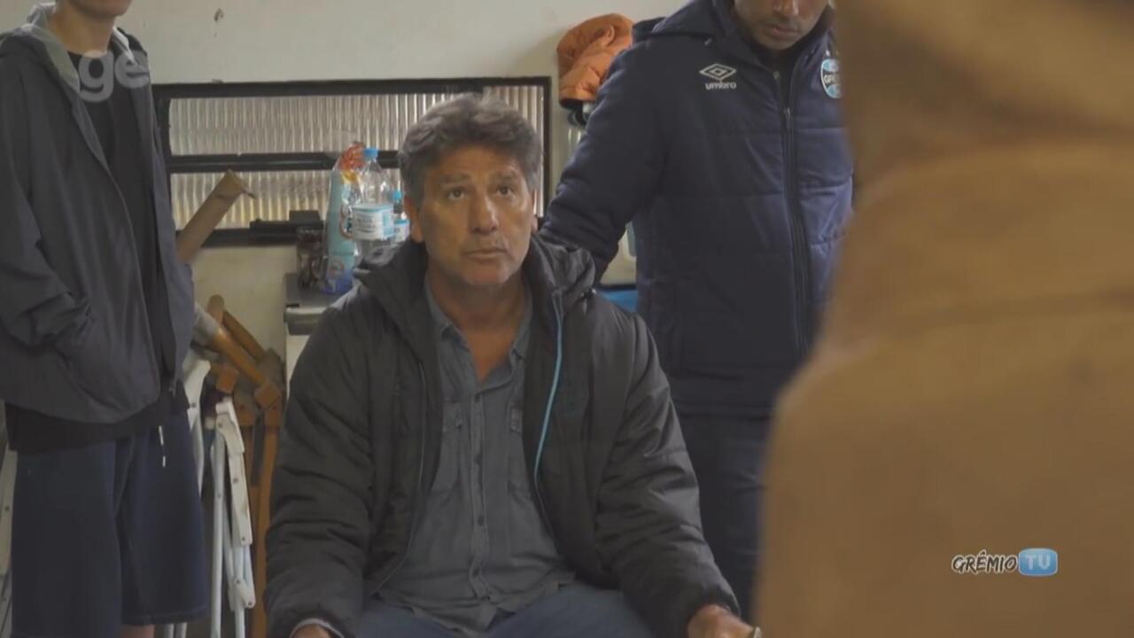 Técnico Renato Portaluppi confere produção de estátua em sua homenagem