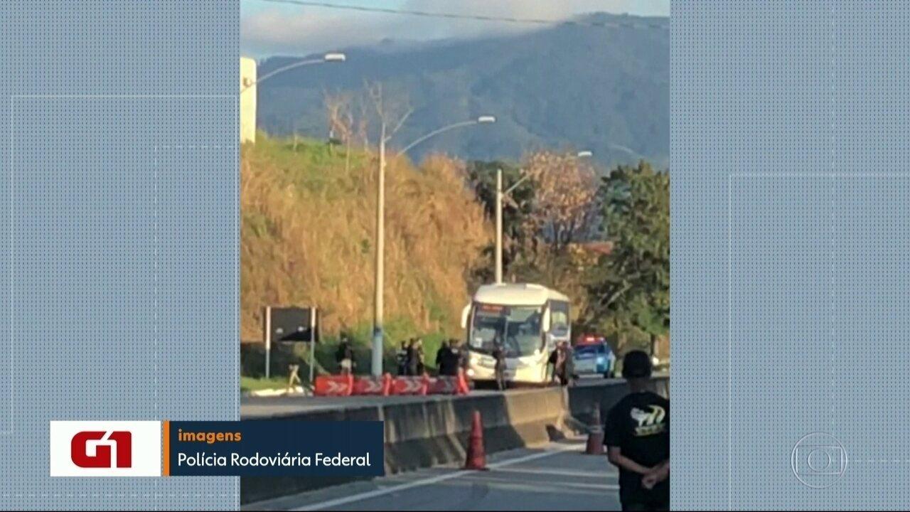 Ônibus fretado fica em poder de sequestrador na Rio-Santos