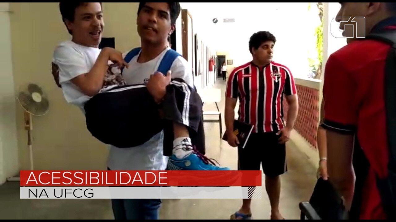 Resultado de imagem para Aluno com deficiência física é levado nos braços por colega até sala de aula na UFCG