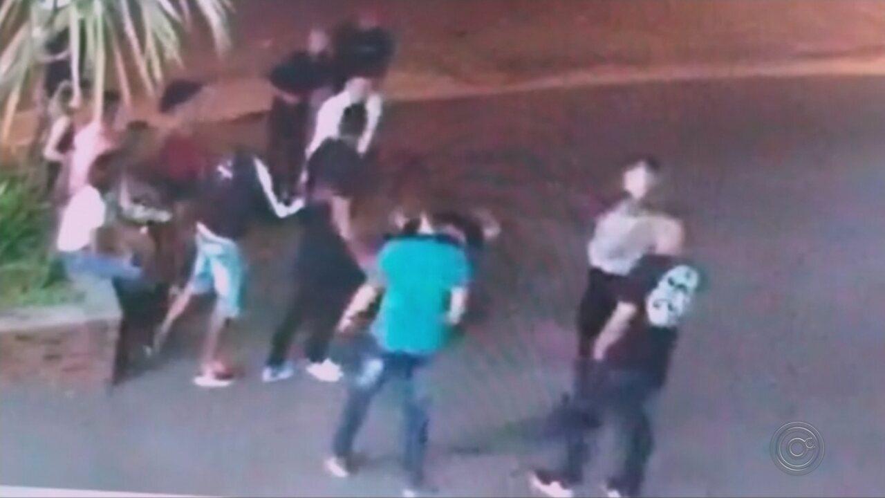 Suspeito de 'apagar' homem com soco na porta de casa noturna se apresenta na delegacia