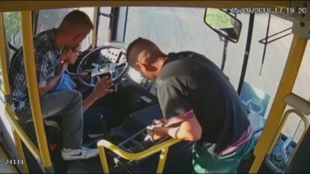 Dupla é presa após ser flagrada por câmera durante assalto a ônibus em Ourinhos
