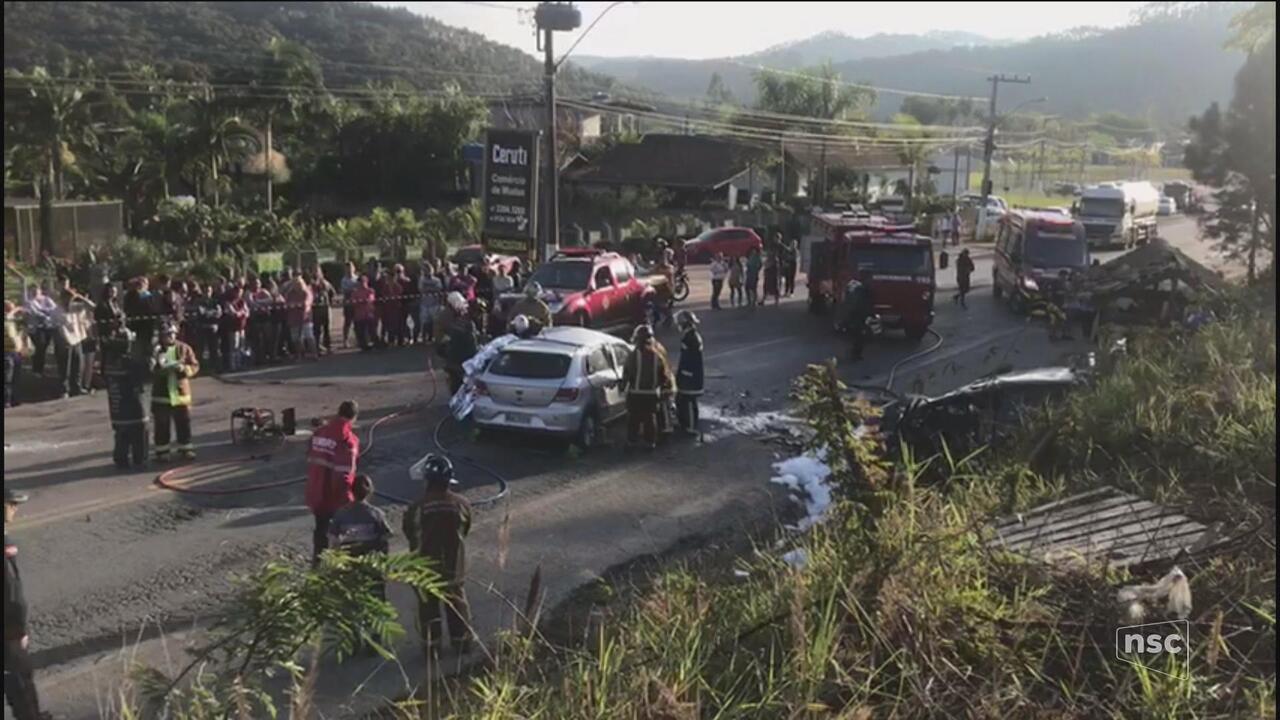 Acidente entre dois carros na BR-470 em Apiúna mata três pessoas