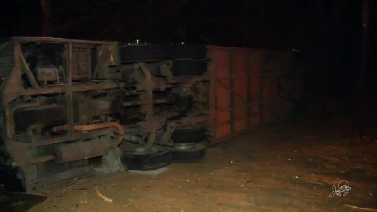 Ônibus com romeiros tomba e deixa quatro mortos