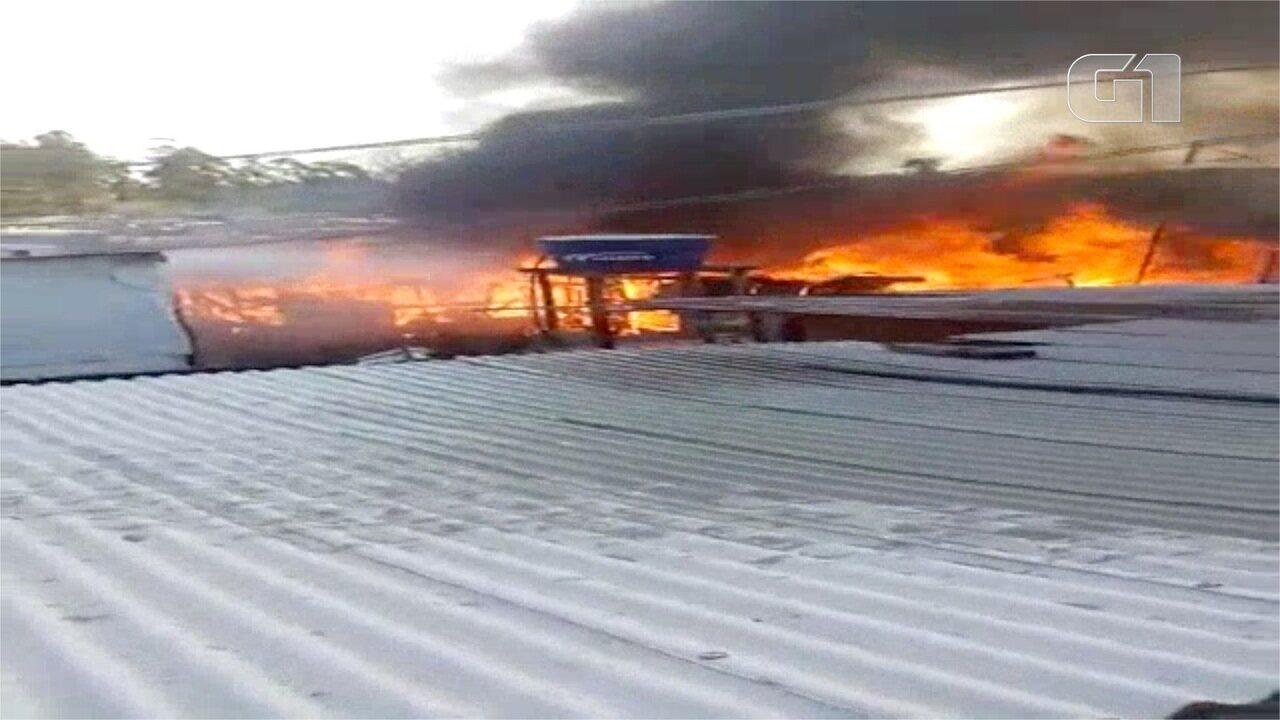 Moradores da comunidade Lagoa Azul tentam conter incêndio em barracos