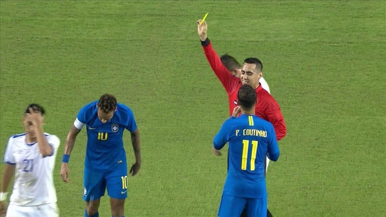 Neymar cai na área e juiz dá cartão amarelo por simulação, aos 43' do 1ºT