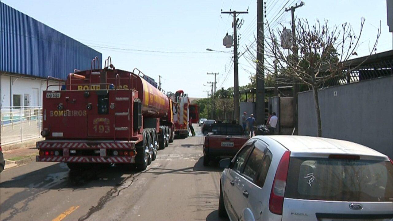 Incêndio atinge estoque e equipamentos de fábrica de móveis em Londrina