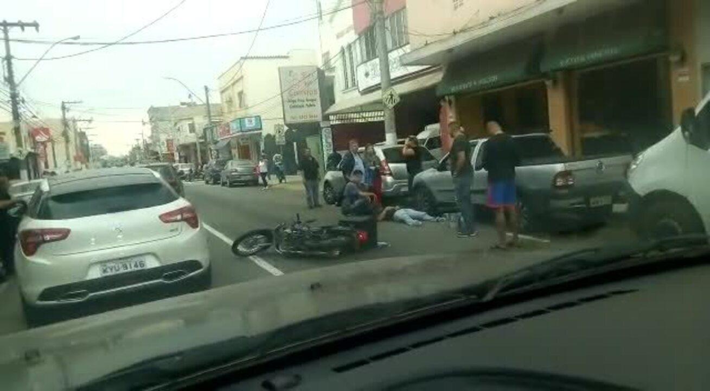 Motociclista fica ferido após bater em carro em Resende