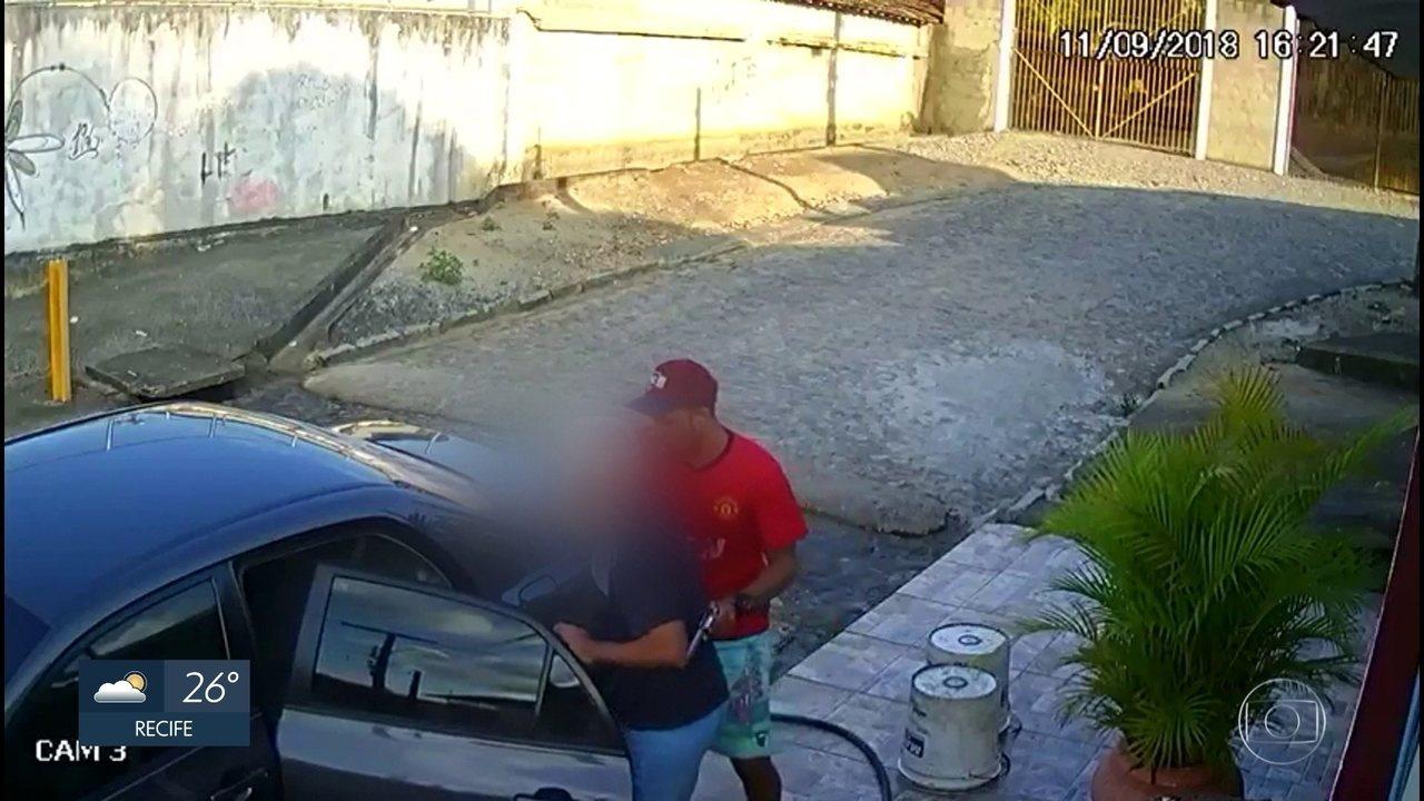 Câmera de segurança flagra roubo de carro e sequestro de idoso em Moreno, no Grande Recife