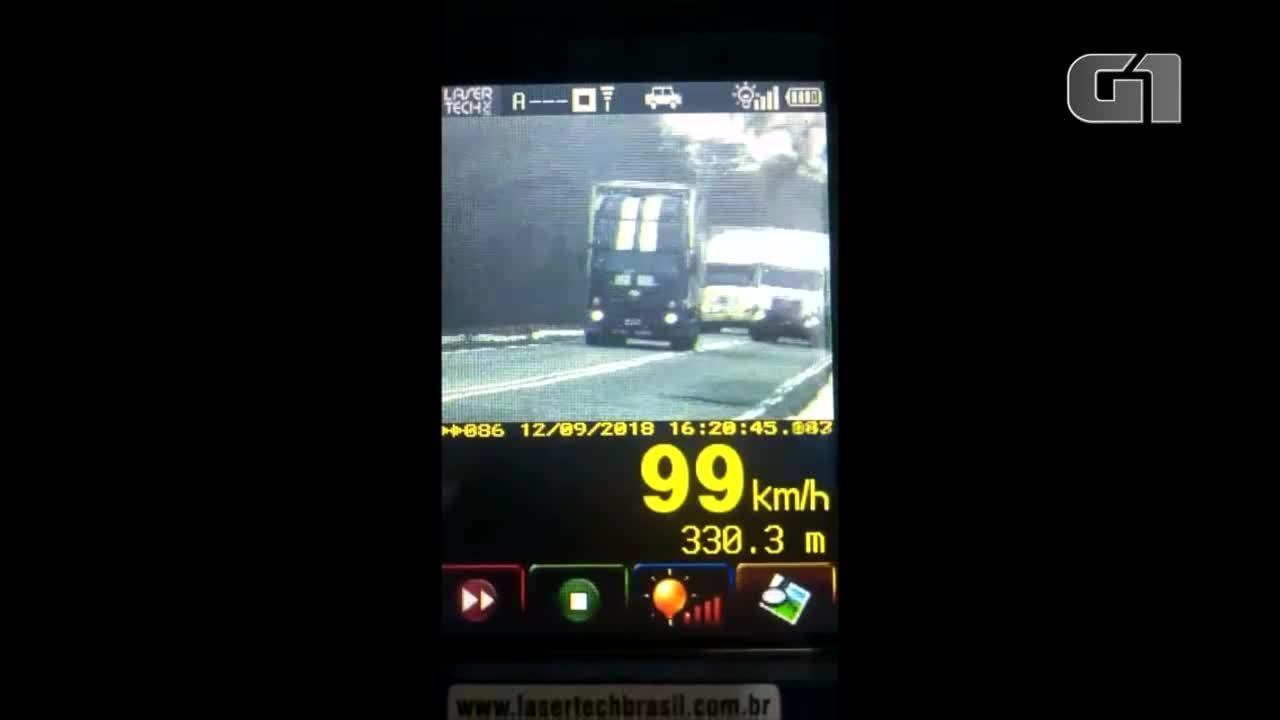 Ultrapassagem foi feita pelos caminhões a quase 100 km/h na BR-153