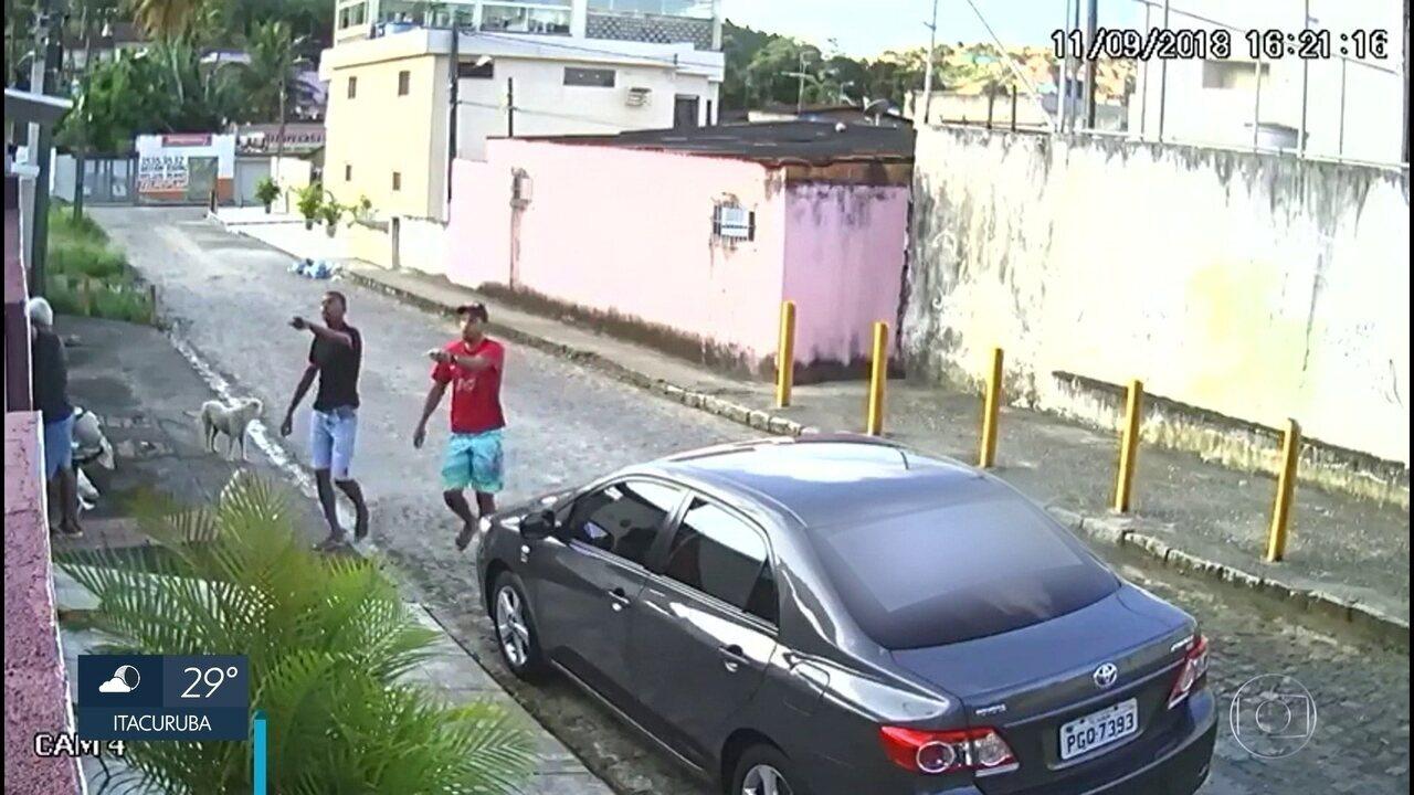 Câmeras flagram assalto e idoso sendo levado por bandidos em Moreno
