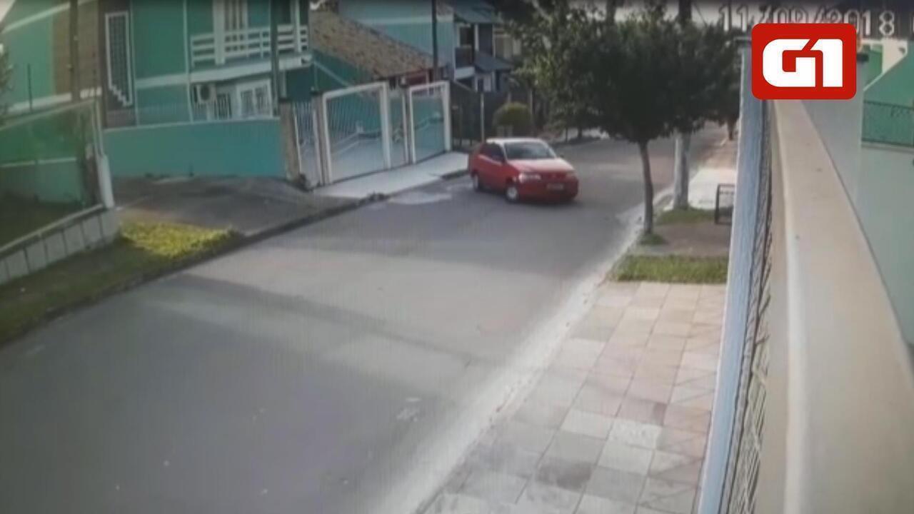 Imagens divulgadas pela polícia mostram carro de suspeito saindo de casa em Cachoeirinha