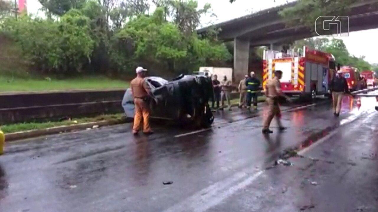 Duas pessoas ficam feridas após capotamento na Avenida Dez de Dezembro, em Londrina