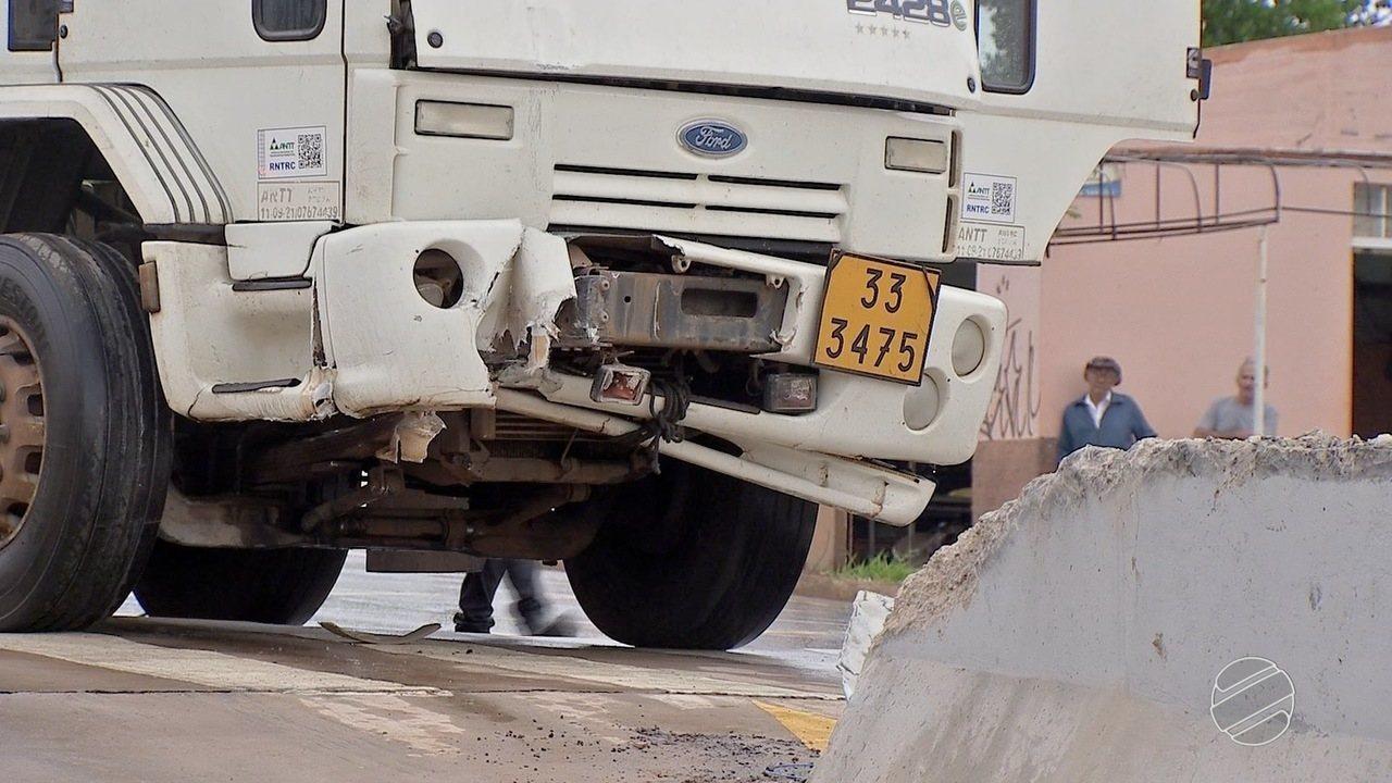 Caminhão bate em mureta e em poste em avenida de Campo Grande