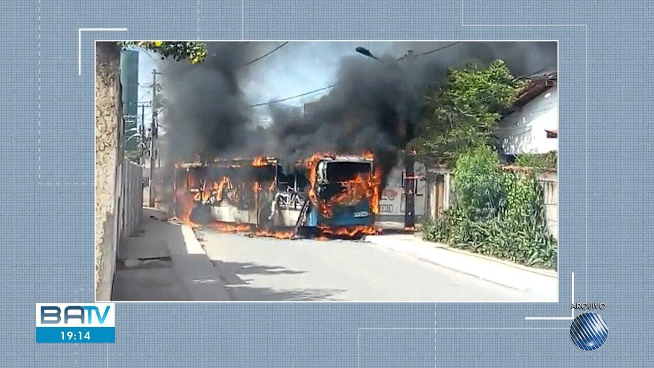 Moradores fazem protesto e queimam ônibus no bairro de Jardim das Margaridas, em Salvador