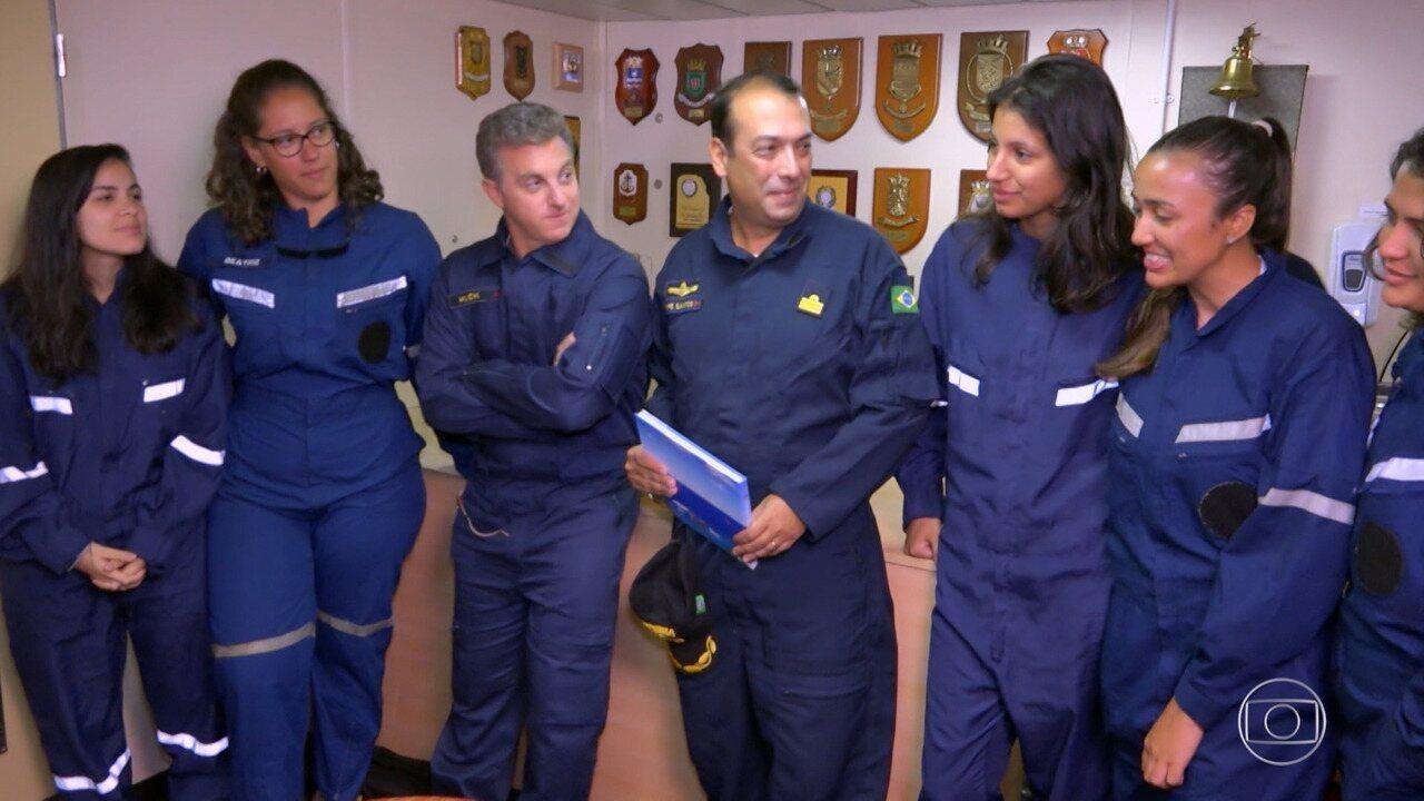 Luciano entrevista algumas pessoas da tripulação