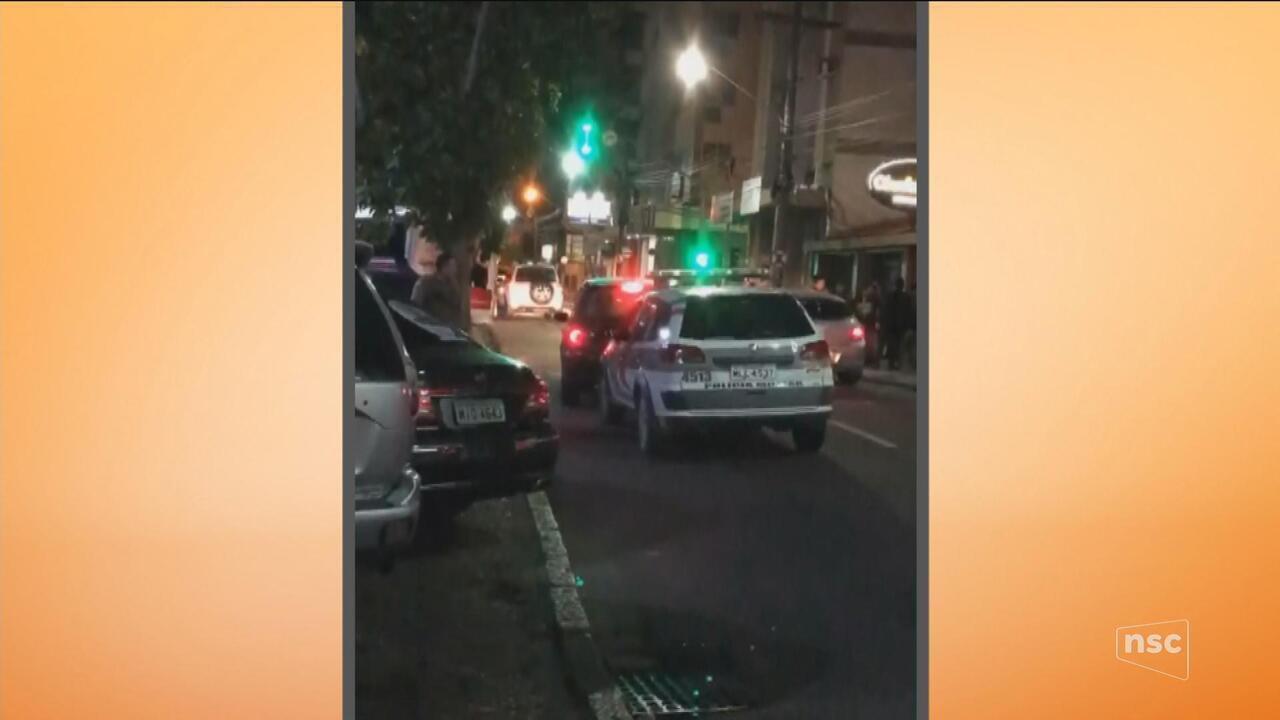 PM fica ferido após ser prensado entre carro e viatura durante abordagem no Sul de SC