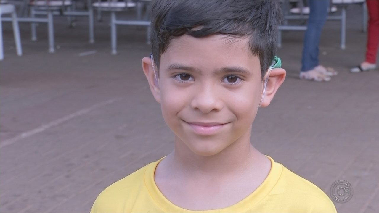 Encontro em Bauru reúne pacientes que receberam 'ouvido biônico'