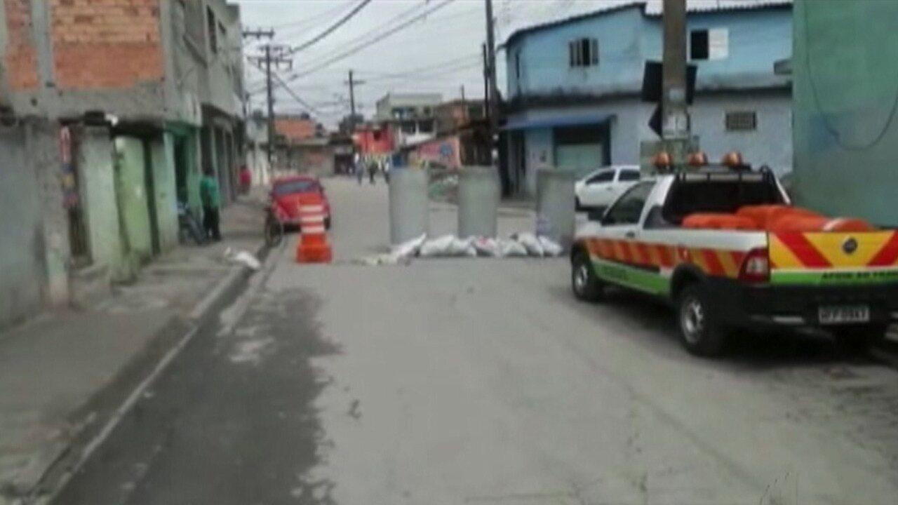 Casas são interditadas em Itaquaquecetuba por rompimento de adutora da Sabesp