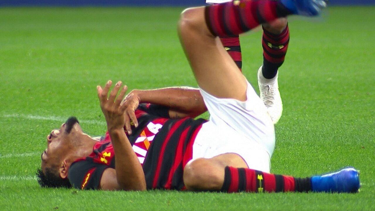 Sentiu! Hernane divide com Léo Santos, leva a pior e deixa o gramado aos 39 do 1º tempo