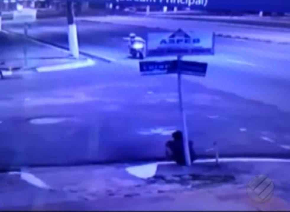 Vídeo que circula nas redes mostra motociclista atirando contra travestis, em Belém