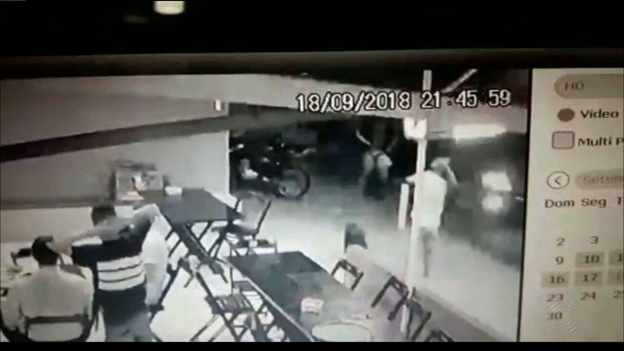 Vídeo mostra arrastão em pizzaria e momento em que vítima reage, em João Pessoa
