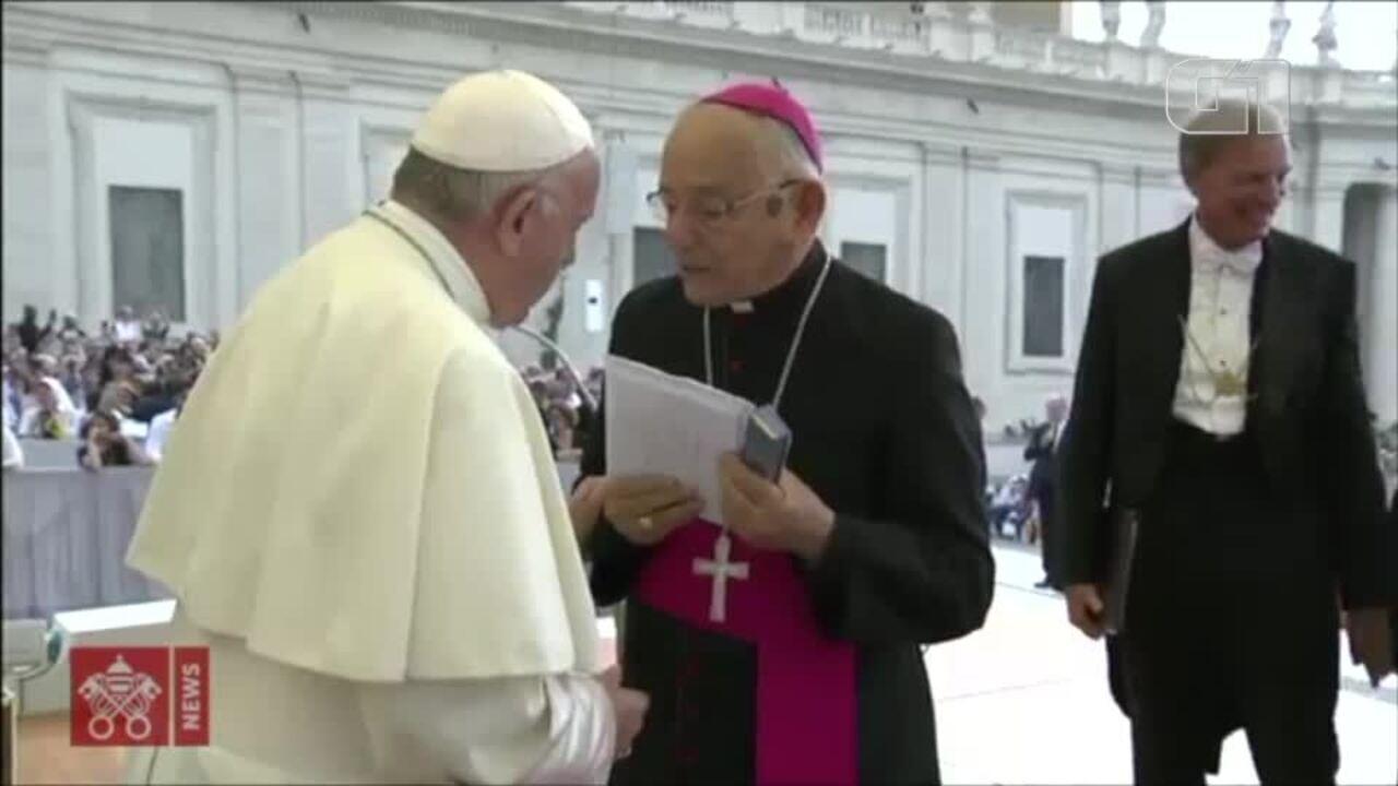 Vídeo mostra momento que o Papa recebe o presente