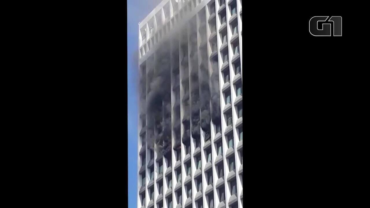 Incêndio atinge prédio na Barra
