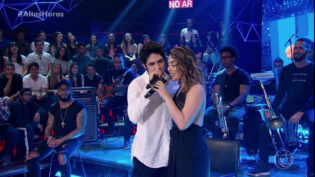 """Gabriel Leone canta """"Tocando Em Frente"""" com Naiara Azevedo"""