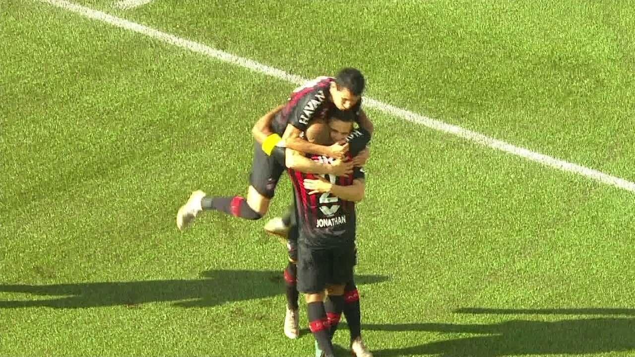 43b5c69ba1 Gol do Atlético-PR! Raphael Veiga pega de primeira na área e abre o