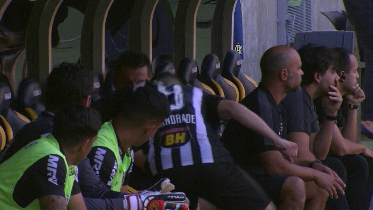 Tomás Andrade se revolta e chora no banco ao ser substituído por Cazares aos 35 do 1ºT