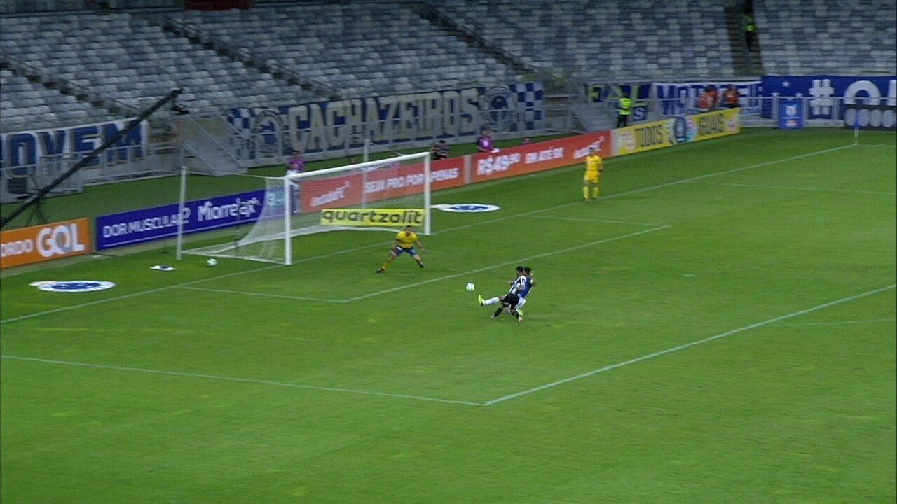Gabriel entra cara a cara com Fábio, chuta duas vezes, e goleiro salva aos 13' do 2º Tempo