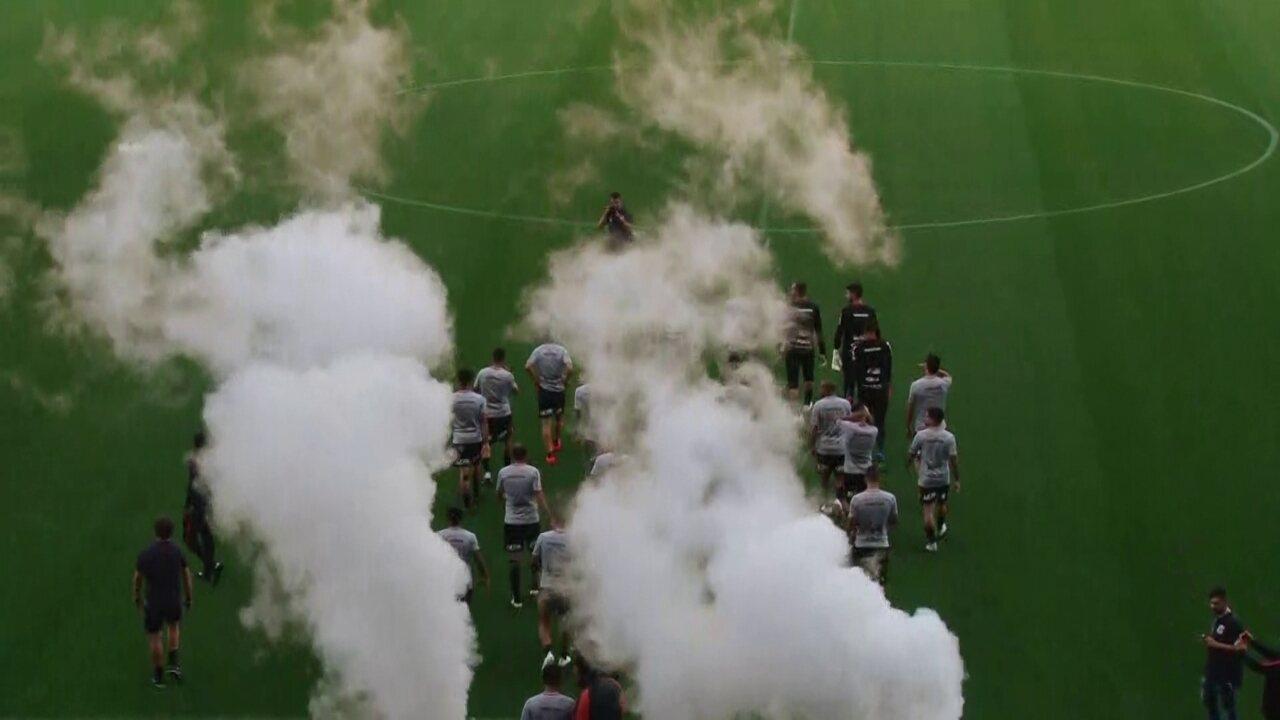 Veja o momento da entrada em campo do Corinthians para o treino aberto à torcida