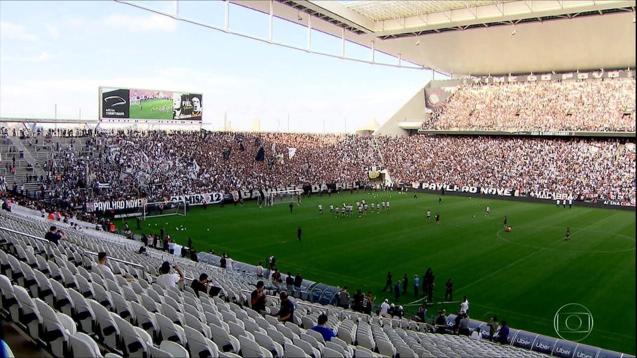 Torcida do Corinthians lota treino antes de confronto com Flamengo