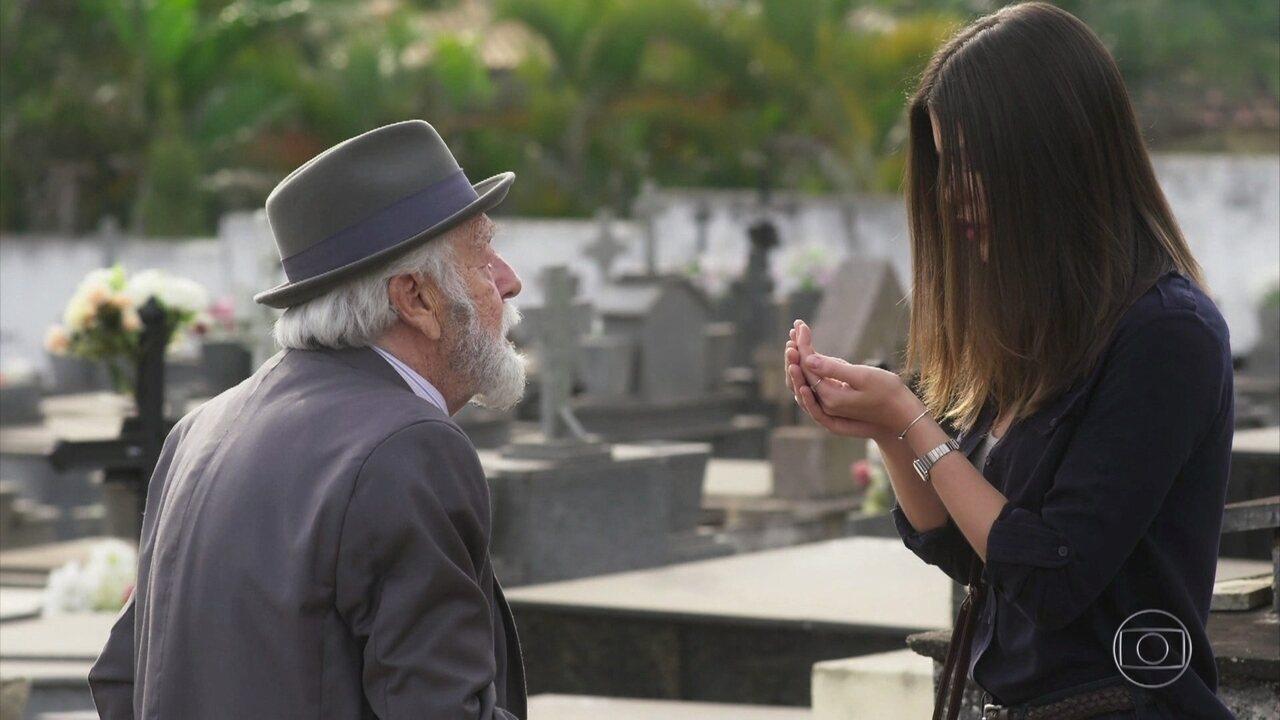 Cris vê o nome de Julia Castelo no verso do camafeu que recebe de André no cemitério