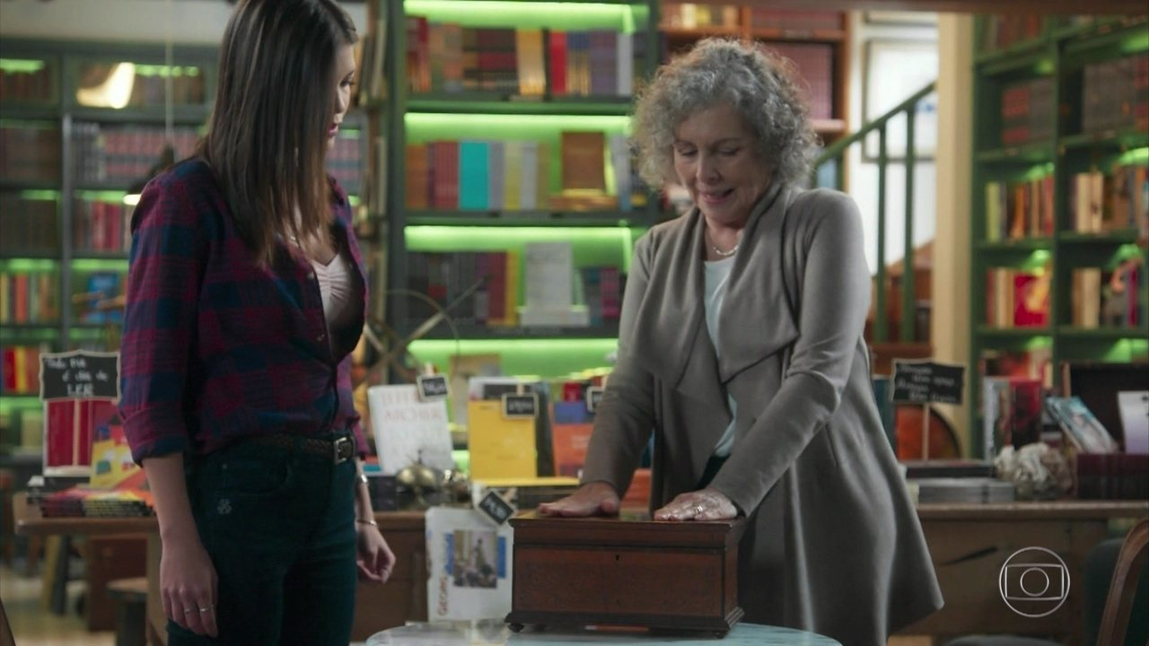 Margot entrega a Cris a caixa de memórias de Julia Castelo