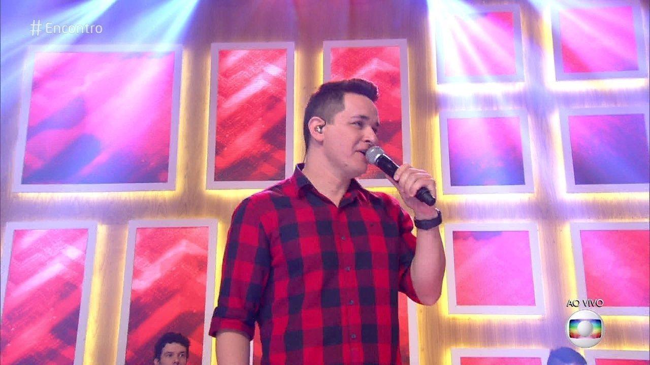 Léo Pain canta 'Adoro Amar Você'