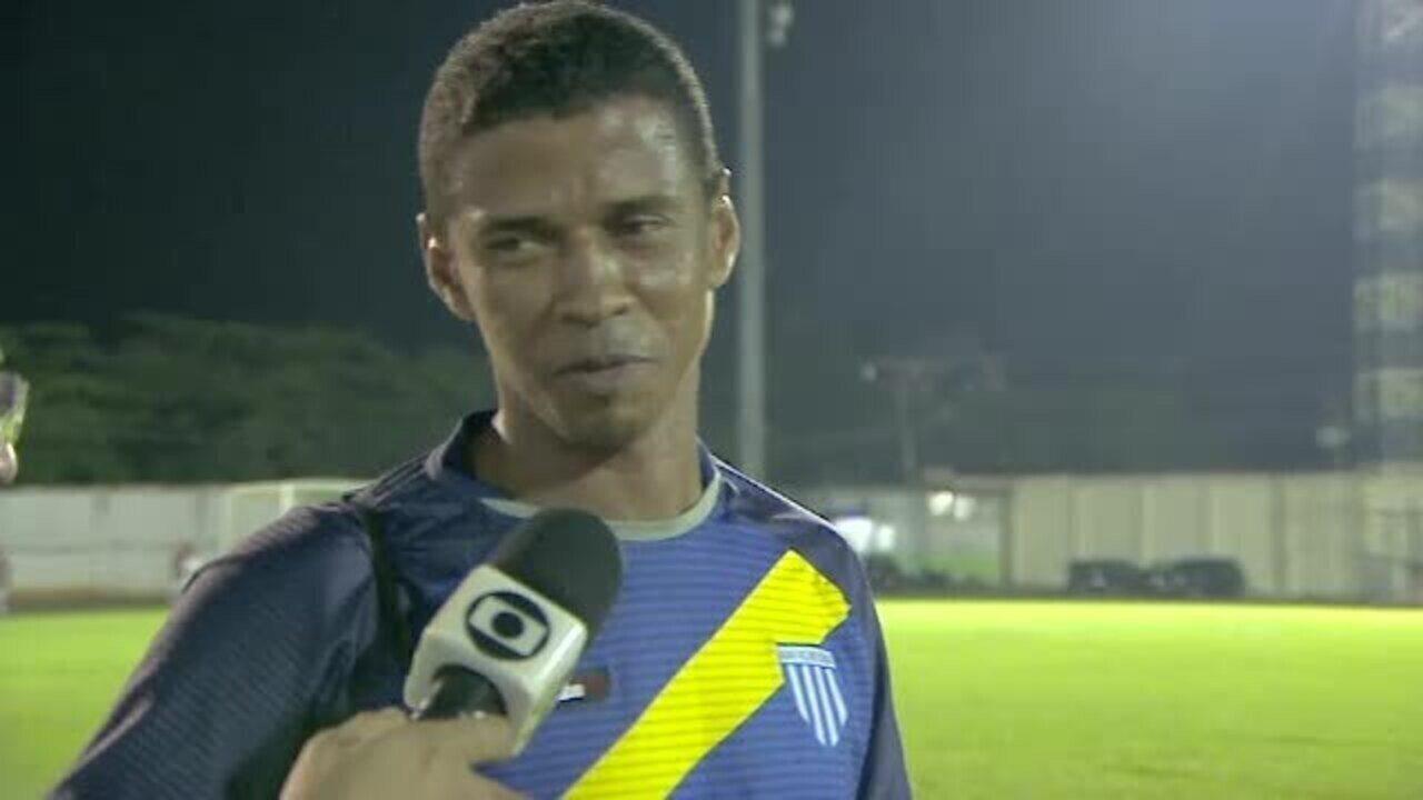 'Lima Bolt'? Técnico do Avaí atravessa campo de futebol para atender goleiro após choque
