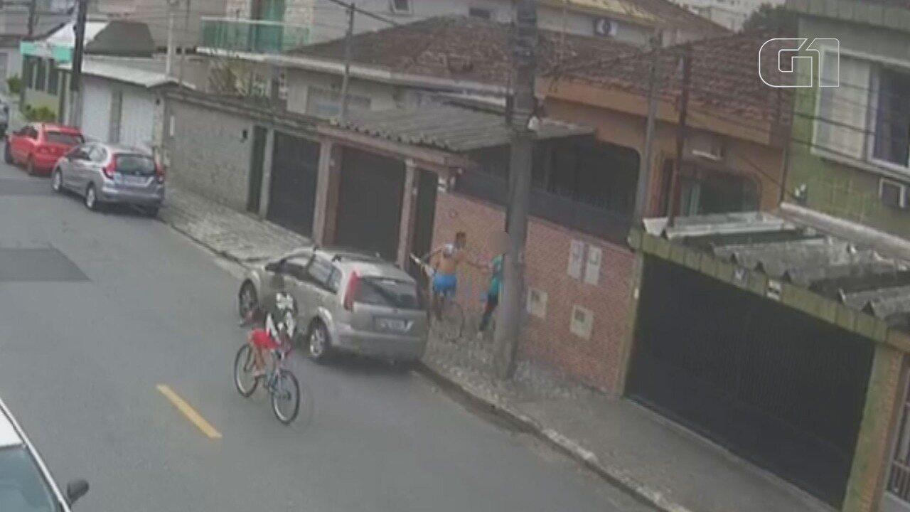 Ciclista sem perna e de muleta rouba idosa em São Vicente, SP