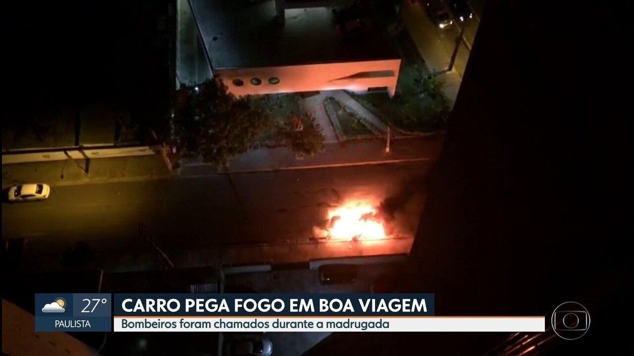 Carro pega fogo na Zona Sul do Recife