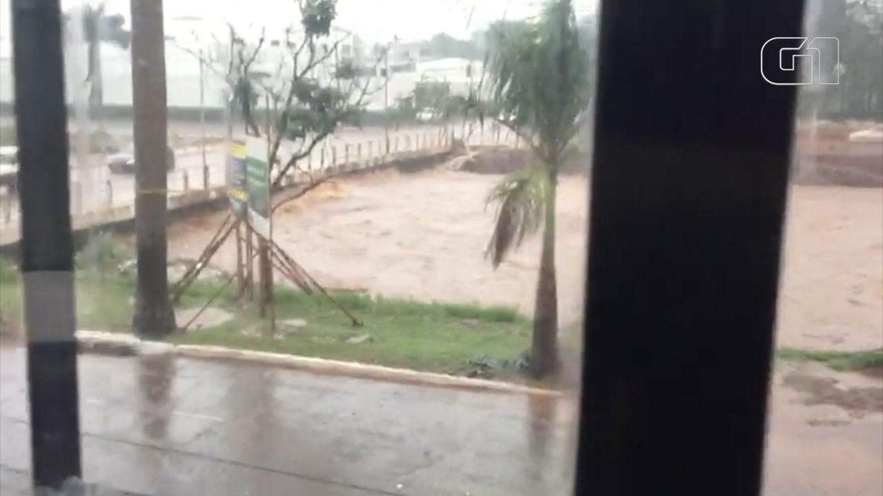 Cruzamento das ruas Arthur Jorge e Rachid Neder também foi alagado com a tempestade